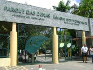 """8.O Parque Estadual Dunas do Natal """"Jornalista Luiz Maria Alves"""" possui uma área de 1.172 hectares. Reconhecido pela UNESCO (Organização das Nações Unidas para a Educação, a Ciência e a Cultura) como parte integrante da Reserva da Biosfera da Mata Atlântica Brasileira, o Parque das Dunas é considerado o maior parque urbano sobre dunas do Brasil, exercendo fundamental importância para a qualidade de vida da população natalense, contribuindo tanto na recarga do lençol freático da cidade, quanto na purificação do ar. Seu ecossistema de dunas é rico e diversificado, abrigando uma fauna e flora de grande valor bioecológico, que inclui diversas espécies em processo de extinção."""