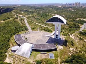 9.Com projeto arquitetônico de Oscar Niemeyer, O Parque da Cidade Dom Nivaldo Monte, localizado em Natal, foi inaugurado em 21 de julho de 2008. É a primeira Unidade de Conservação Municipal objetivando preservar uma das principais áreas de recarga de água subterrânea da capital potiguar, constituindo uma das mais belas paisagens de dunas do Rio Grande do Norte. Sua estrutura conta com 6,5 km de trilhas pavimentadas, banheiros, biblioteca, auditório, centro de educação ambiental, um monumento com 45 metros de altura, constituindo memorial da cidade e mirante, além de programações culturais para toda a família.